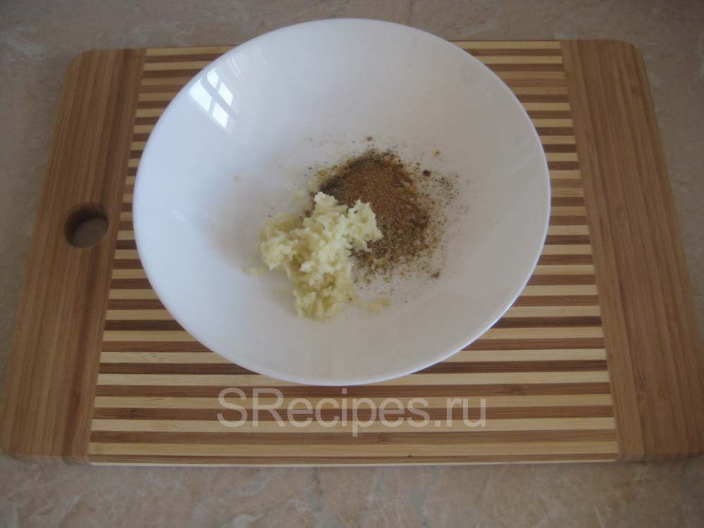 измельченный чеснок и специи для курицы