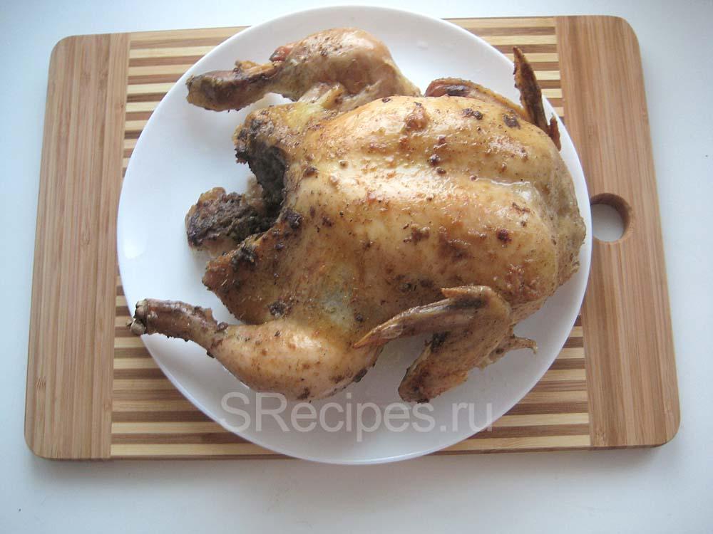 Запеченная вкусная курица в духовке на тарелке