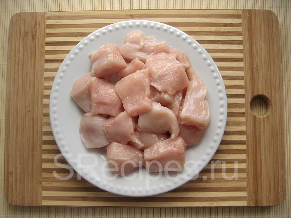 Нарезанное куриное филе на наггетсы