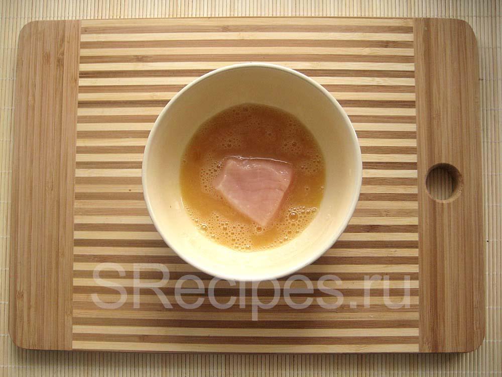 Кусочек куриного филе в яичной смеси