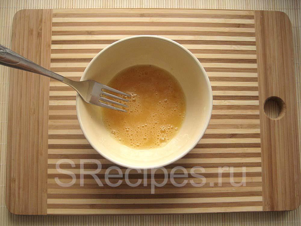 Перемешанное вилкой яйцо и соль в миске