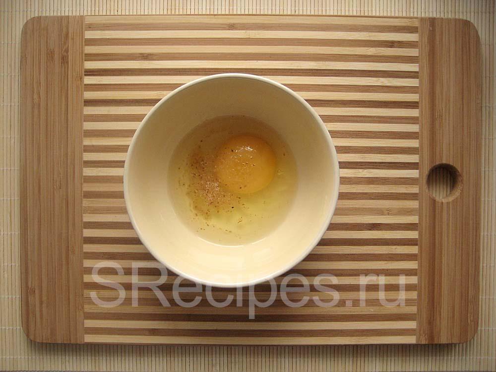 Яйцо и соль в миске