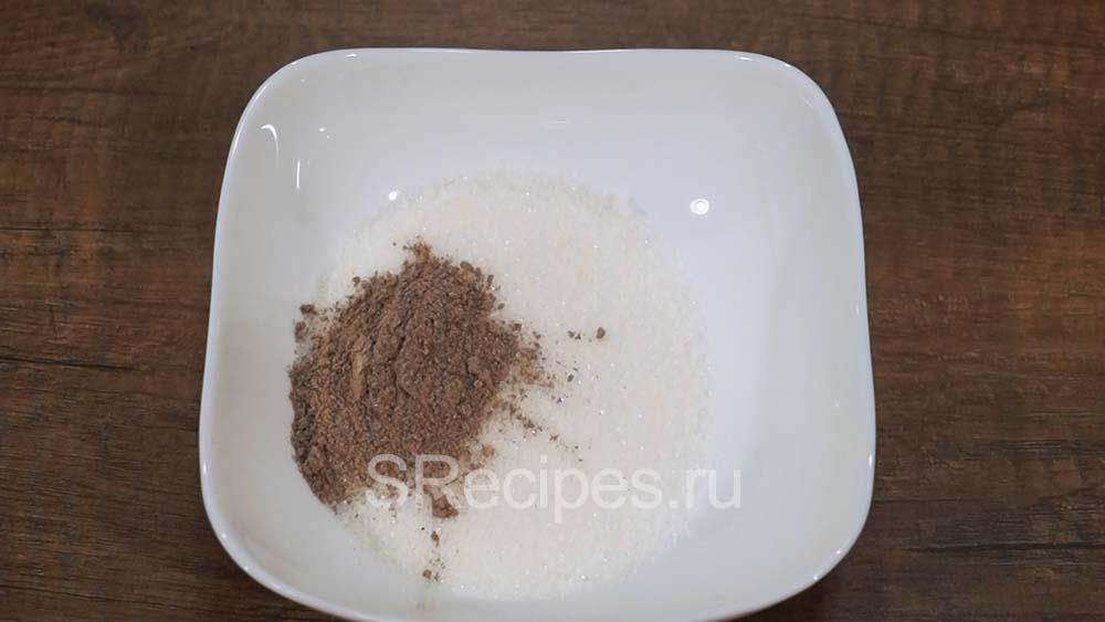 Сахар и корица в тарелке