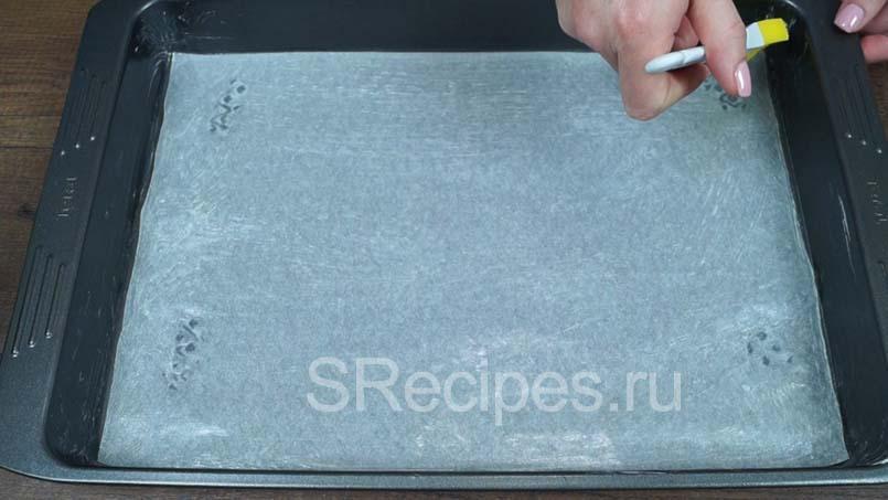 Форма застеленная пергаментной бумагой