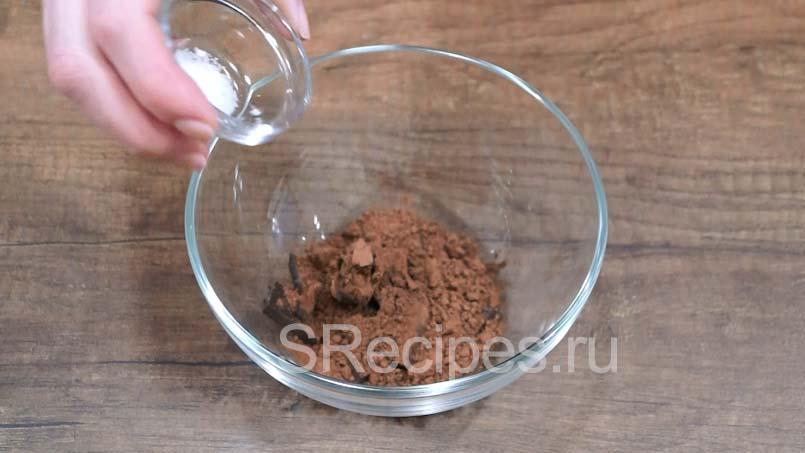 Соединить какао, шоколад и соль