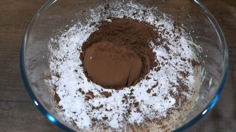Всяпаем разрыхлитель, какао и перемешиваем