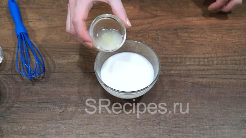 Добавить лимонный сок и молоко