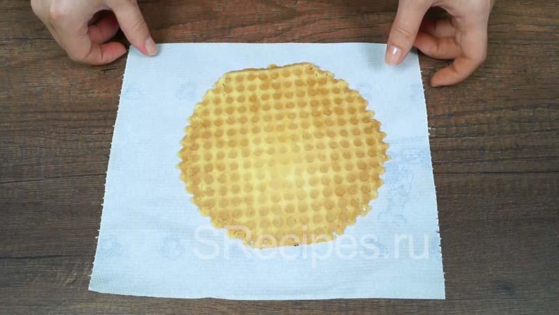 перекладываем вафлю на бумажное полотенце