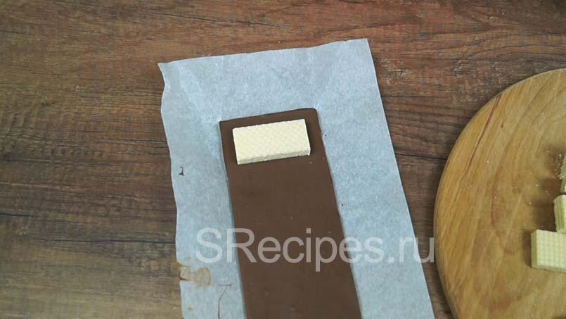 приложить вафлю к шоколодной основе оставив по бокам 1 см