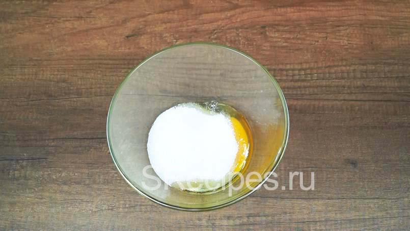 в миске соединить яйца и сахар