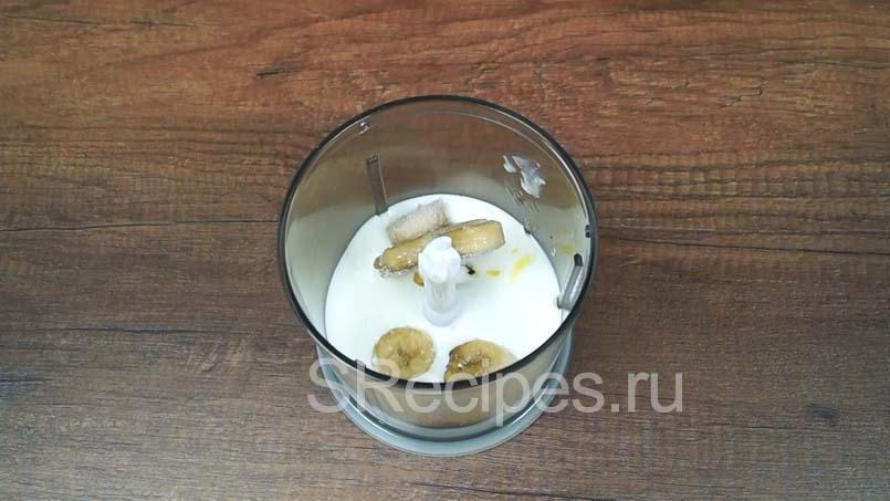 в блендере соединяем йогурт, мед и бананы