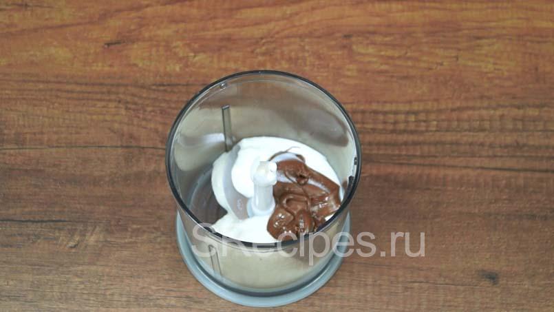 в блендере соединяем йогурт и нутеллу
