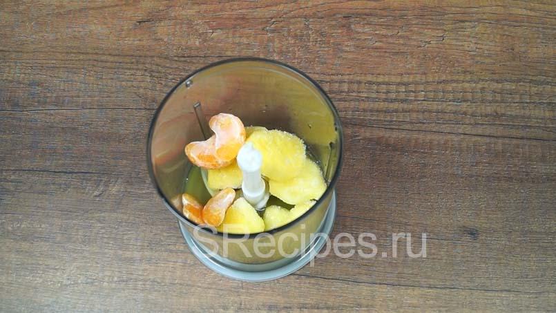 в блендере соединяем апельсиновый сок, ананасы и мандарины