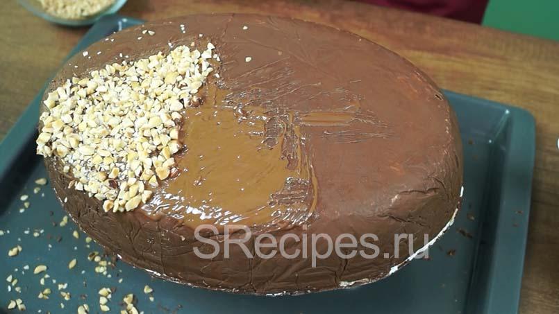 нанести молочный шоколад на пирожное, а сверху посыпать орехами