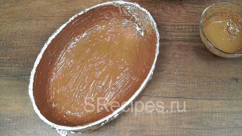 покрыть форму растопленным шоколадом