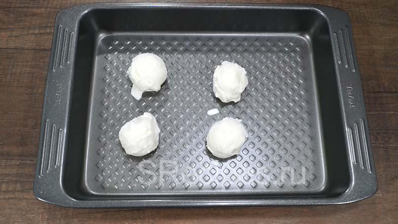 выложить шарики мороженного на противень