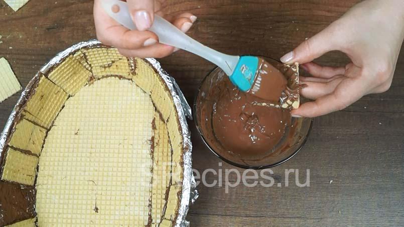 покрыть вафлю растопленным шоколадом