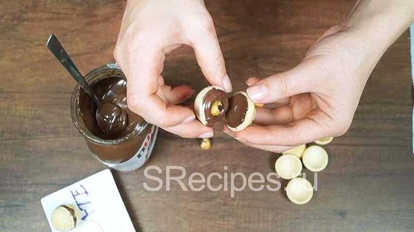 соединить вафельные половинки заполненные нутеллой