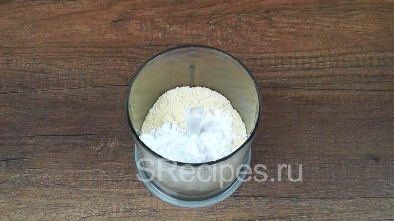 в блендере соединить миндальную муку и сахарную пудру