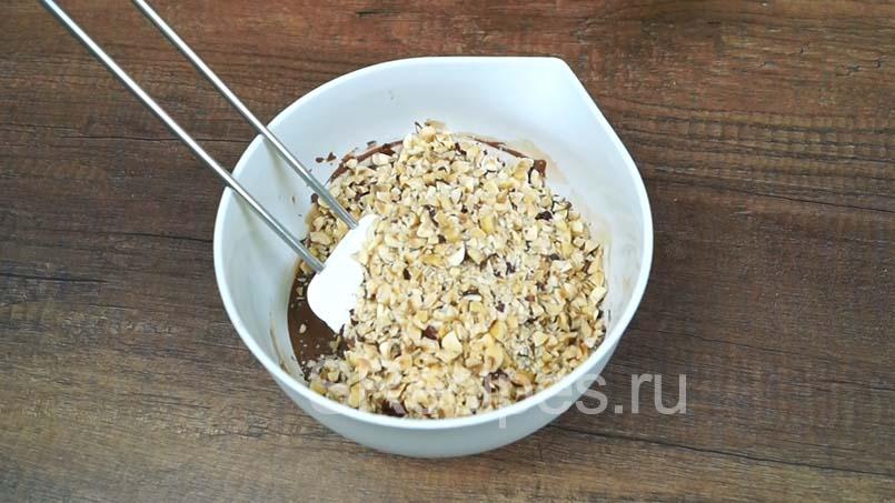в растопленный шоколад добавляем измельченные орехи