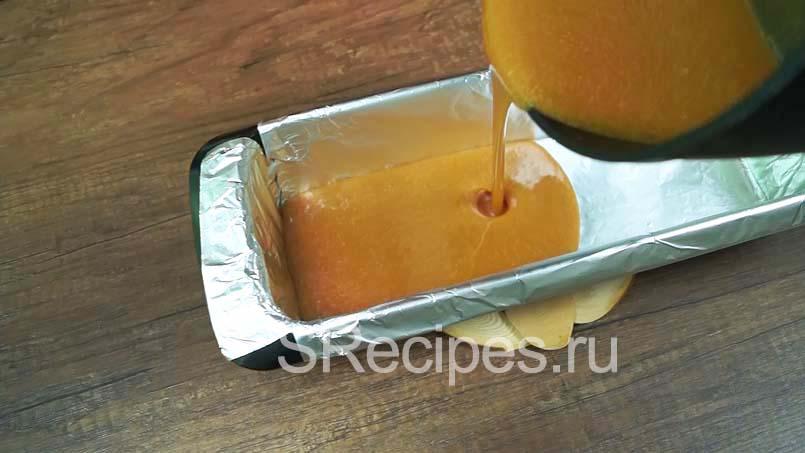 переливаем карамель в подготовленную форму