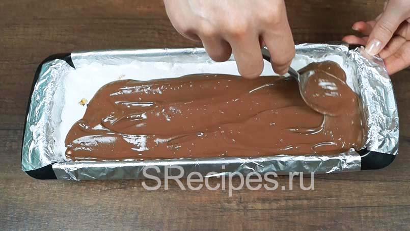 равномерно распределить по нуге растопленный шоколад