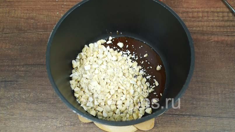 всыпать в карамель измельченные орехи