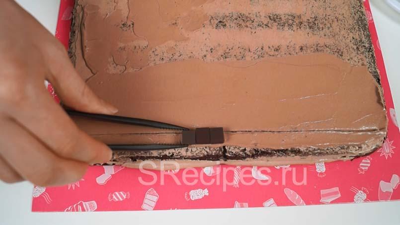 провести линию и выложить шоколадные кубики на торт