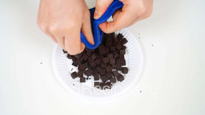 вынуть шоколадные кубики из формы